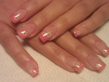 Uñas de gel con francesa rosa y stikers